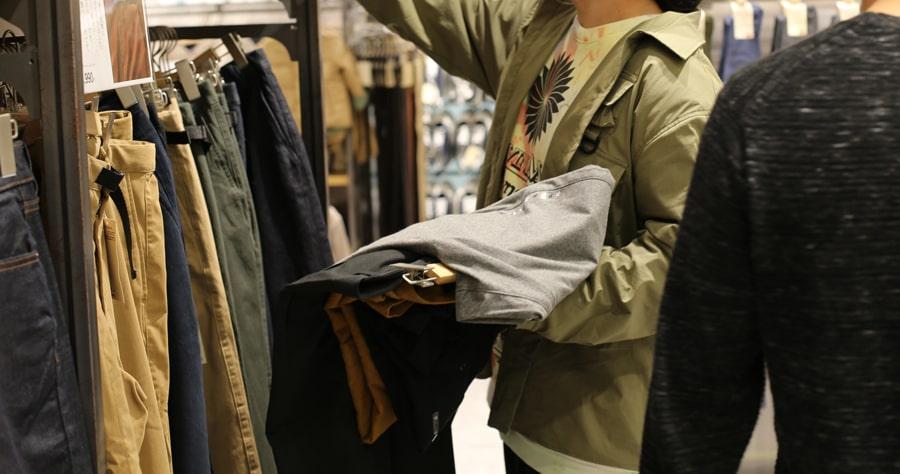 服装を選ぶ男性